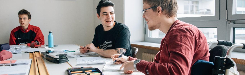 Schüler unterhalten sich beim Lernen