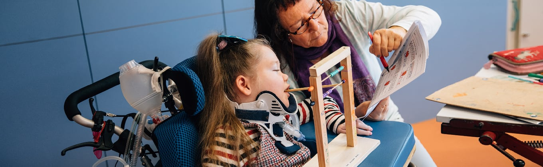 Betreuerin erklärt Schülerin Rechenaufgaben