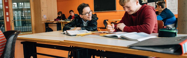 Zwei Schüler lernen im Klassenzimmer