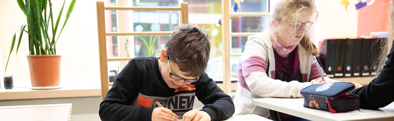Kinder im Hort bearbeiten Schulaufgaben