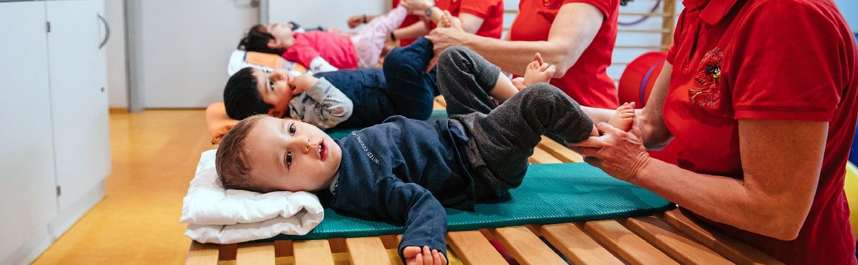 Kleinkinder trainieren mit Ihren Betreuerinnen