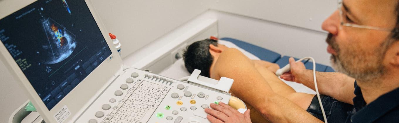 Dr. Scheible beim Ultraschall eines Patienten im MVZ der Stiftung Pfennigparade