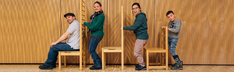 Therapiestunde der konduktiven Förderung in der Stiftung Pfennigparade am Sprossenstuhl in verschiedenen Größen