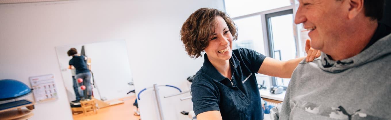 Physiotherapeutin der Stiftung Pfennigparade bei der Behandlung eines Patienten