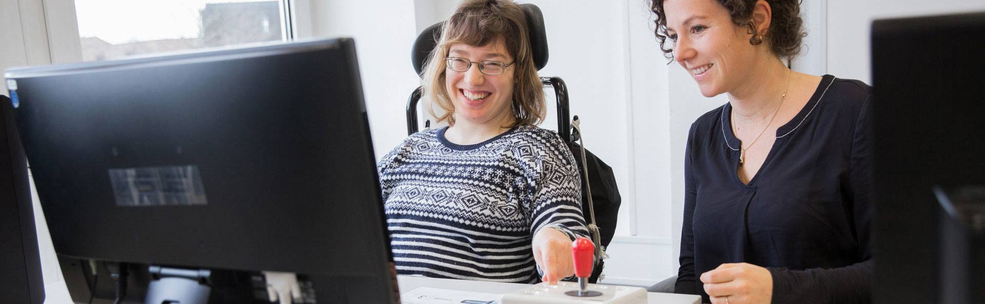 Frau und eine Betreuerin am Computer
