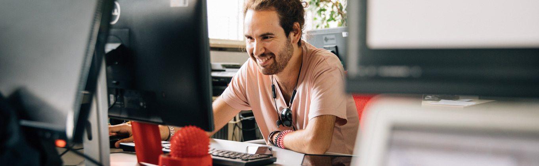 Ein Werkstattmitarbeiter sitzt an seinem Computer-Arbeitsplatz