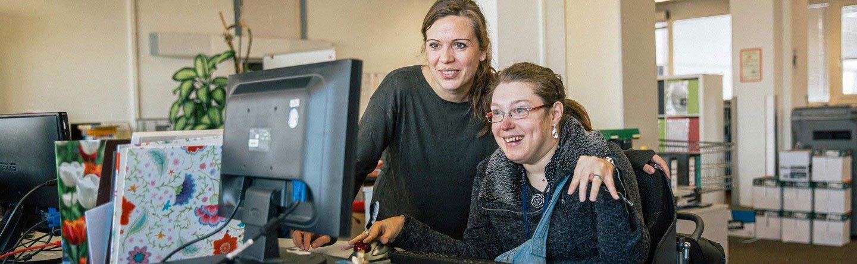 Mitarbeiterin und eine Betreuerin am Computer