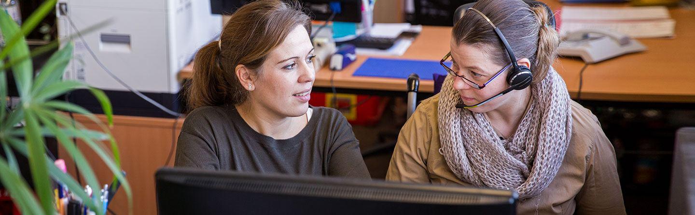 Eine Werkstattmitarbeiterin im Büroservice im Gespräch mit der Gruppenleiterin