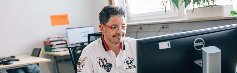 Mitarbeiter arbeitet mit einem PC