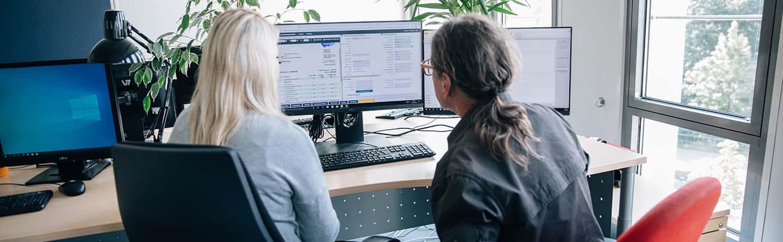 Zwei Frauen arbeiten an einem PC