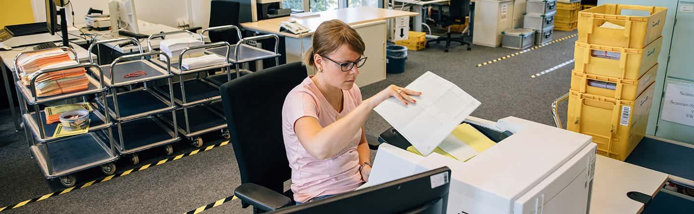 Mitarbeiterin beim Kopieren in der Werkstatt