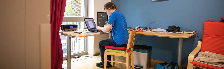 Patient arbeitet am Laptop