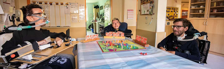 Drei Patienten spielen gemeinsam ein Brettspiel
