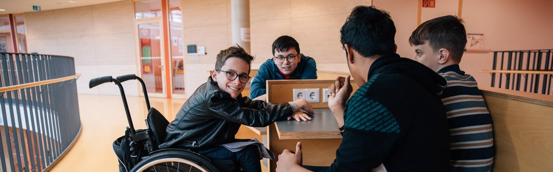 Vier Schüler sitzen in einer Sitzecke
