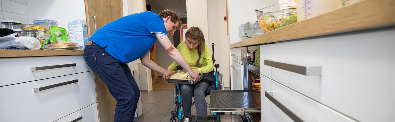 Patientin bei der Vorbereitung am Backofen mit einem anderen Patienten