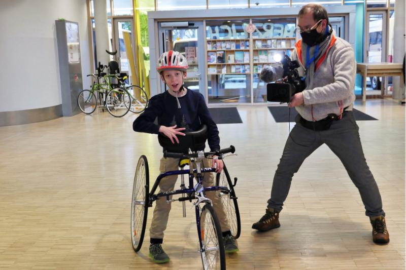 Schüler wird in einem Gebäude auf seinem Rennlaufrad gefilmt