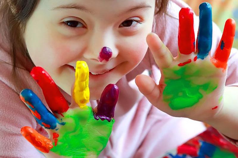 Mädchen mit vielen verschiedenen Farben an den Händen