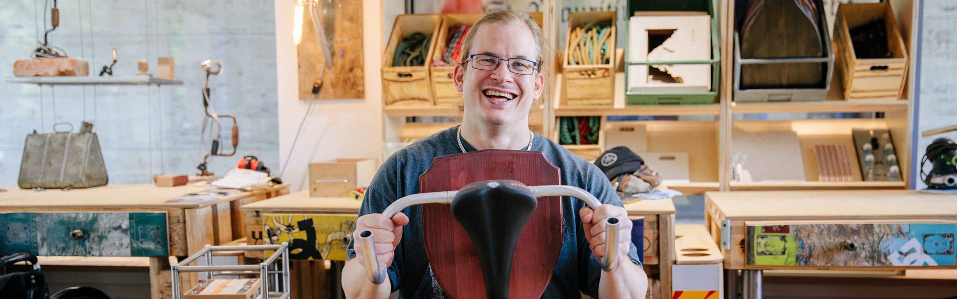 Mann präsentiert Upcycling-Produkt aus Fahrrad-Bestandteilen