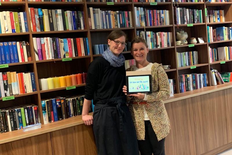 Zwei Frauen am Tablet beim Vorlesetag 2019 im Beans & Books