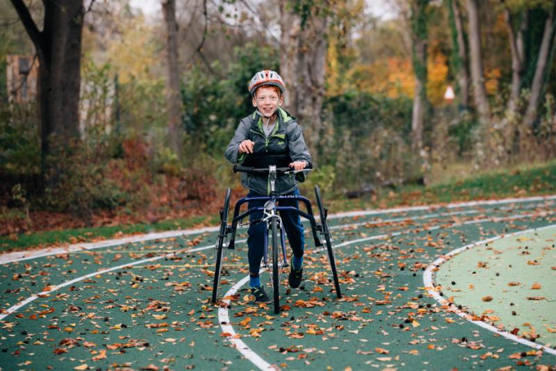 Tim läuft mit Racerunner auf Rennbahn