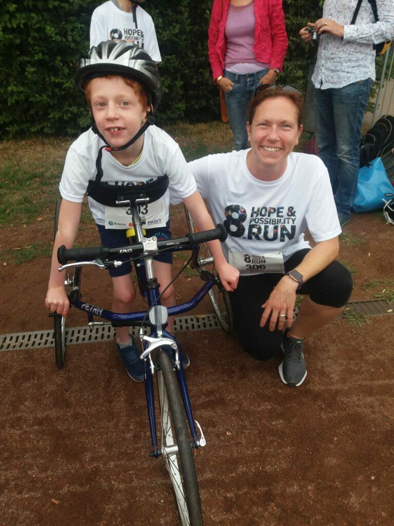 Junge mit Racerunner und seine Mutter beim Hope und Possibility Run