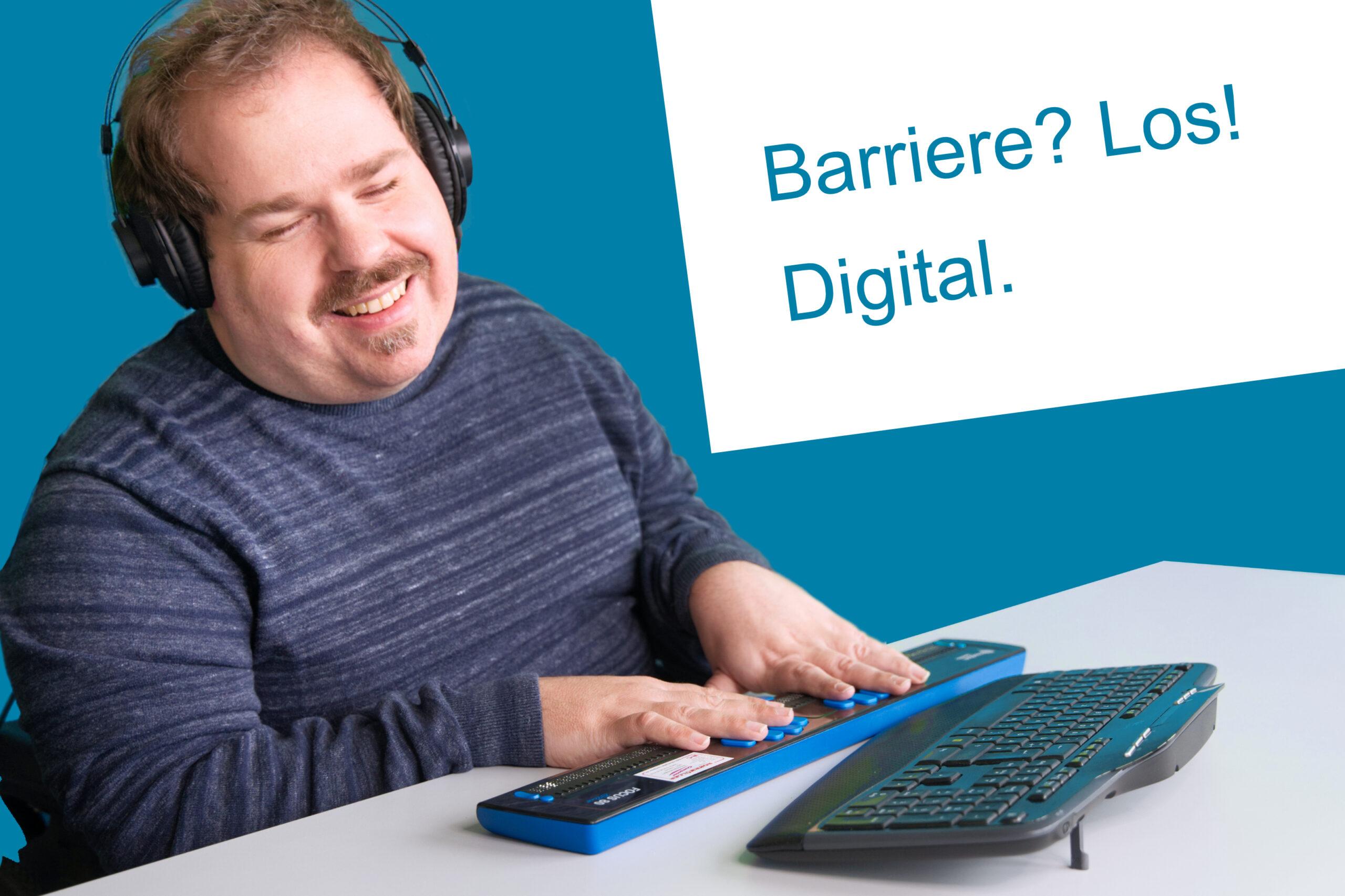 Podast Cover mit Titel des Podcasts: Barrierefreielos Digital. Darauf zu sehen ist ein blinder Mann mit Headset auf dem Kopf und Spezialtastatur mit Braillezeile am Computer und lächelt