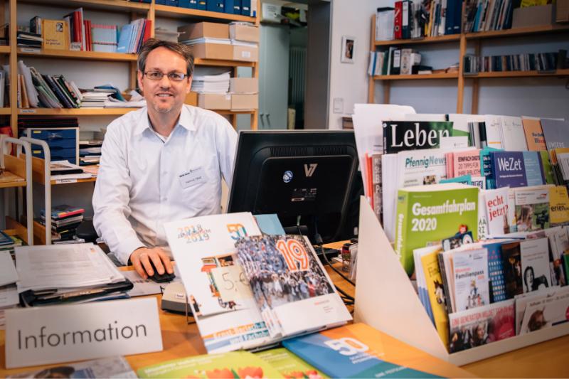 Herr Obst an der Information der Bibliothek