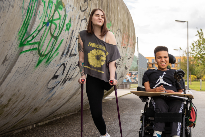Zwei Schüler*innen beim Spaziergang im Prinz-Eugen-Park