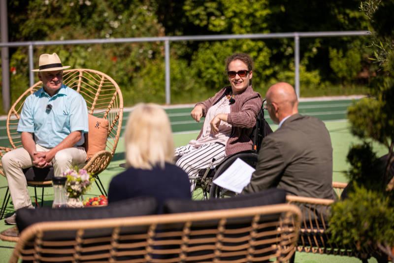 Vier Personen sitzen in einer Gesprächsrunde