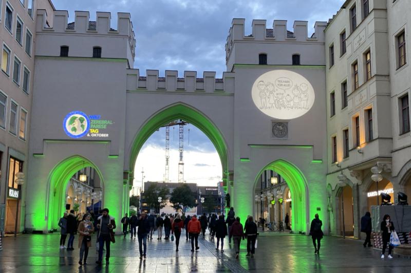 Isartor in München mit grüner Beleuchtung zum Welt-CP-Tag