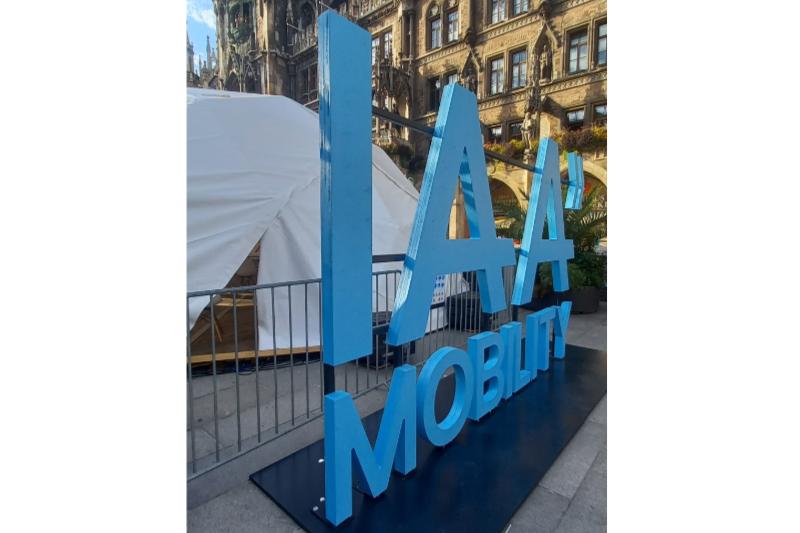 Logo der IAA Moblity in blau vor einem weißen Zelt