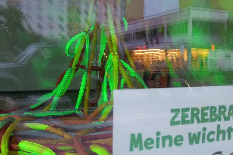 Kunstinstallation mit grüner Beleuchtung