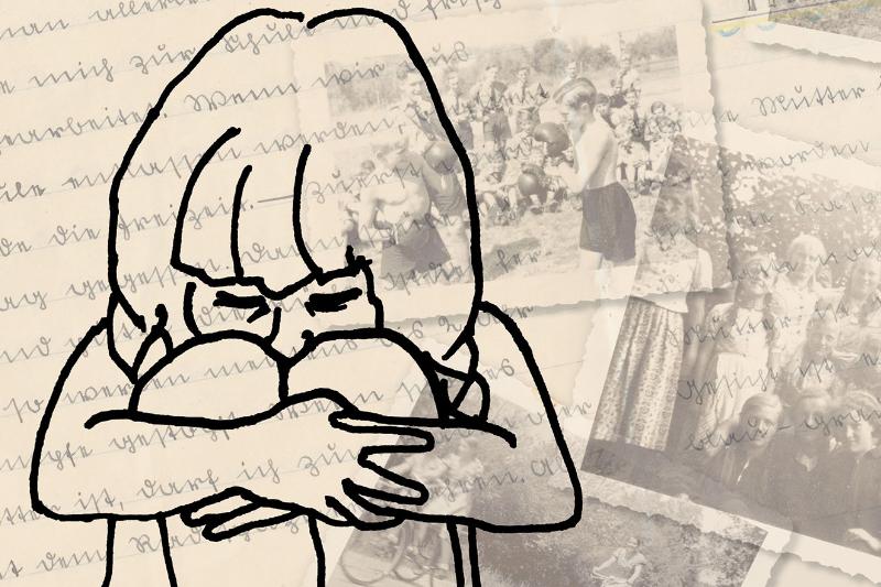 Kind kauert traurig vor Bildern und Texten aus der Vergangenheit