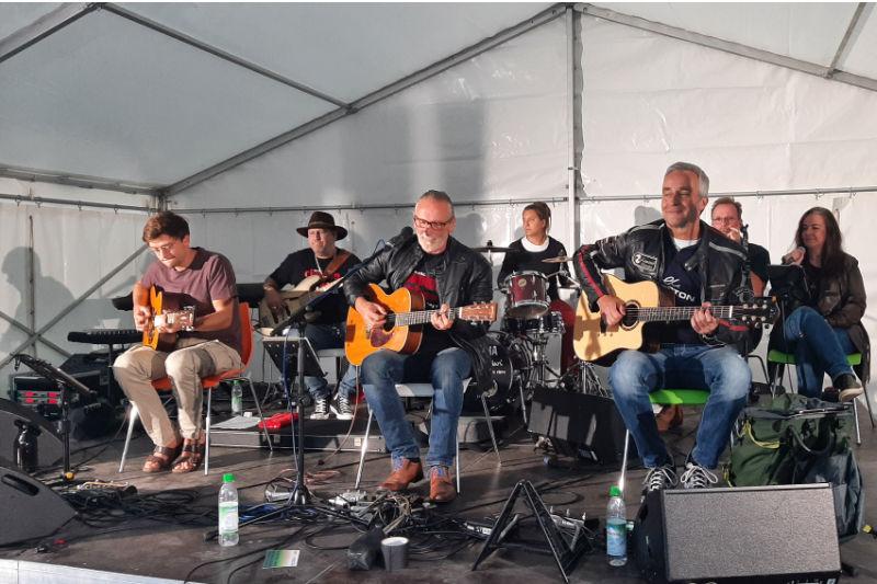 7 köpfige Band musiziert im Zelt auf dem Inselgelände