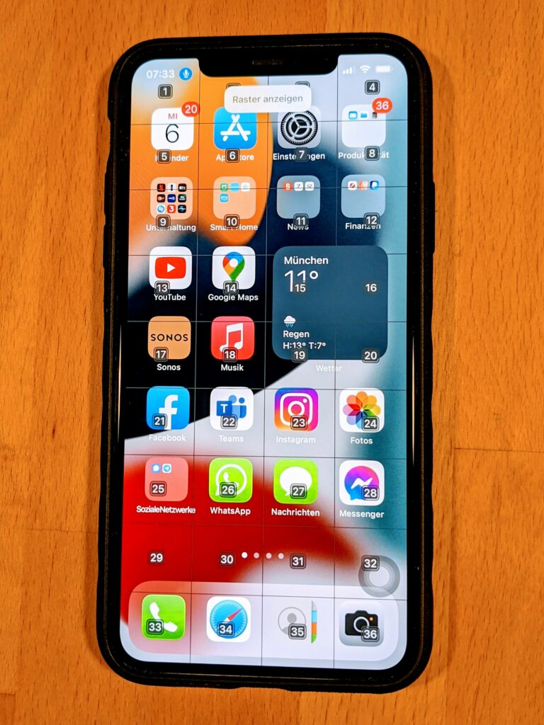 iPhones mit Rasterfunktionalität zur Sprachsteuerung. Das Raster unterteilt den Bildschirm in 34 in Quadrate.